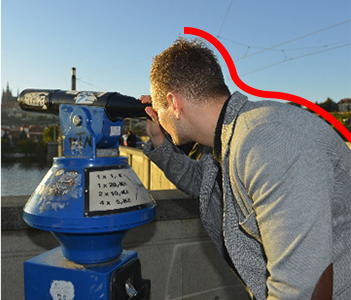 きつい姿勢で望遠鏡を覗き込む様子